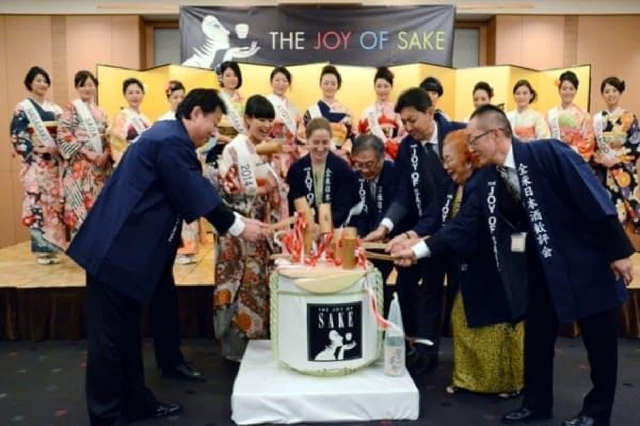 ミス日本酒2015候補が見守るなか、鏡開き