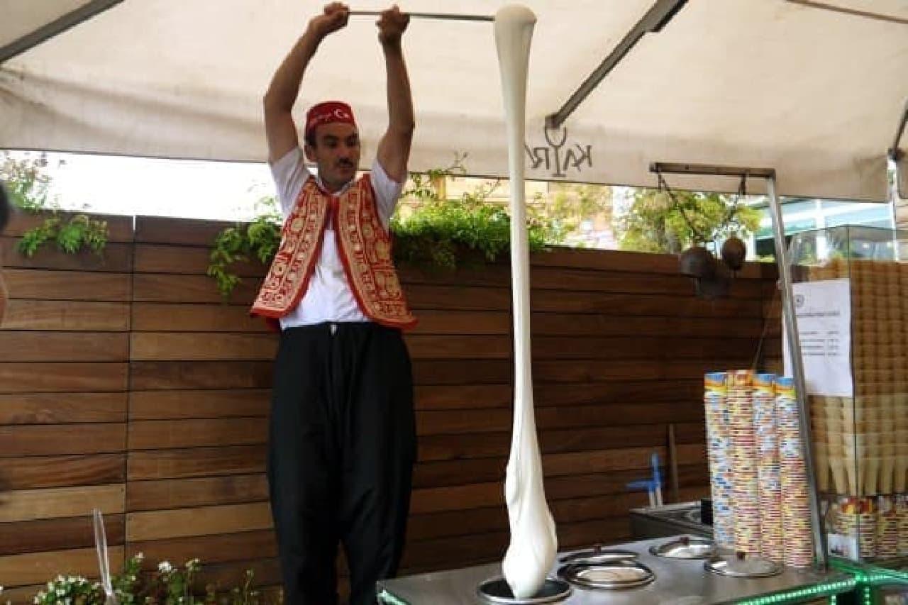 のびるアイス「ドンドゥルマ」を売るおじさん  (トルコで撮影)