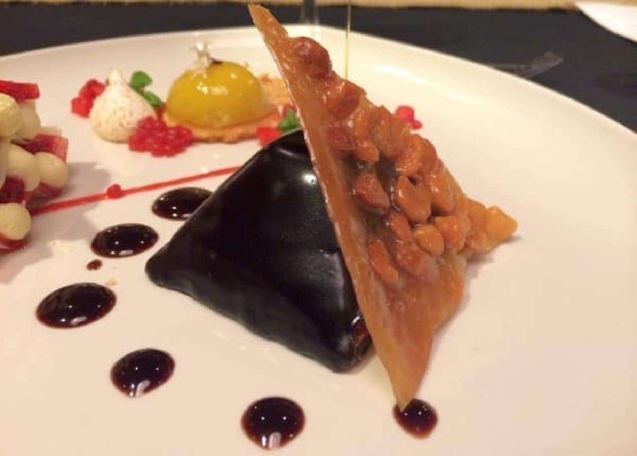 ピラミッド型のチョコレートケーキ