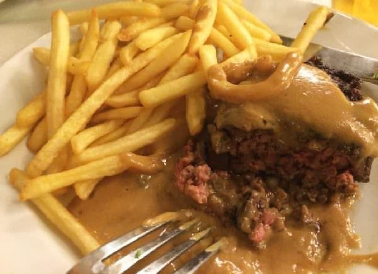 肉の旨味をシンプルに味わうハンバーグ。このソースが絶品らしい