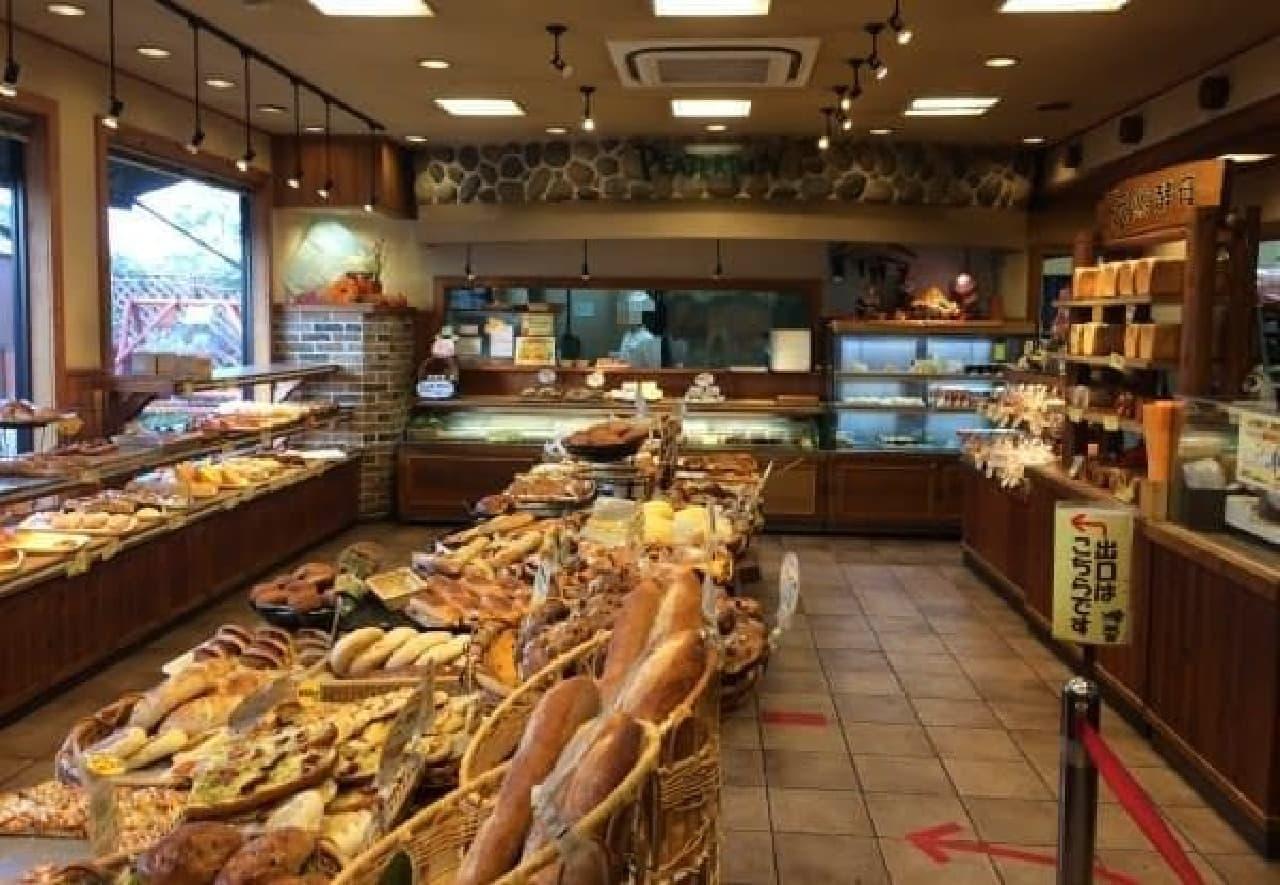 店内には焼きたてパンの香りが充満…