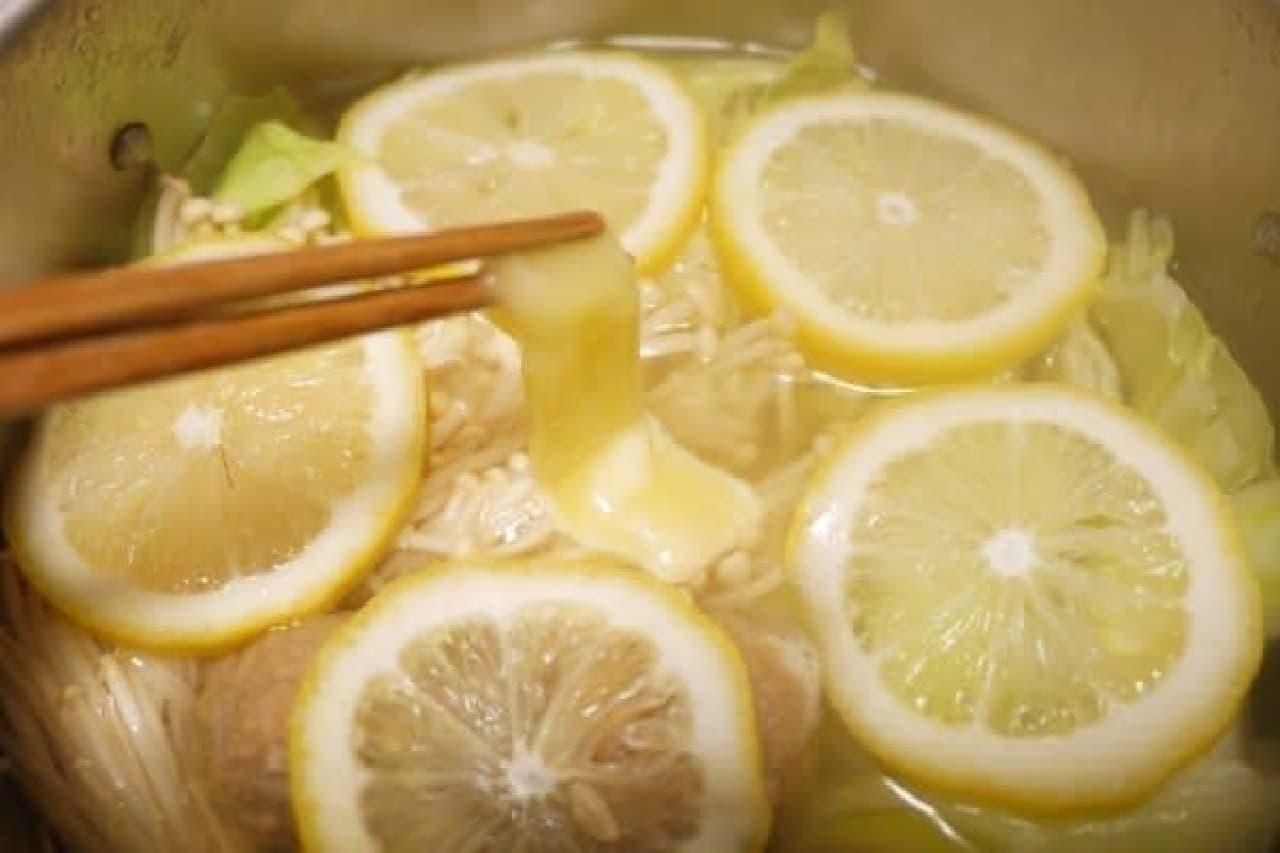 国産レモンが安かったので浮かべてみた