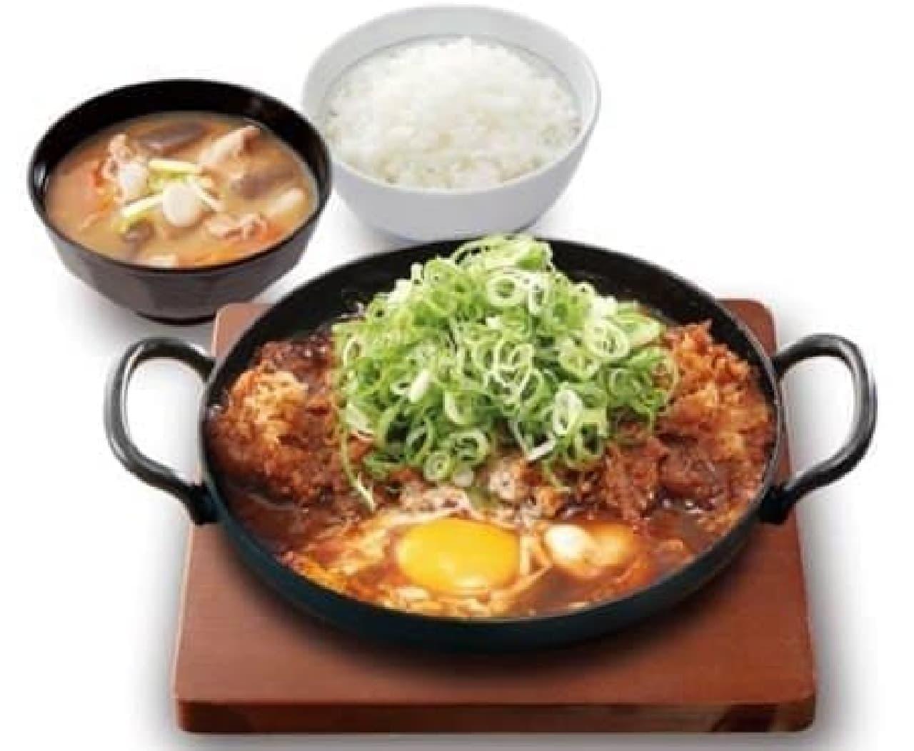 熱々の鉄鍋で提供!「青ねぎ味噌カツ鍋定食」