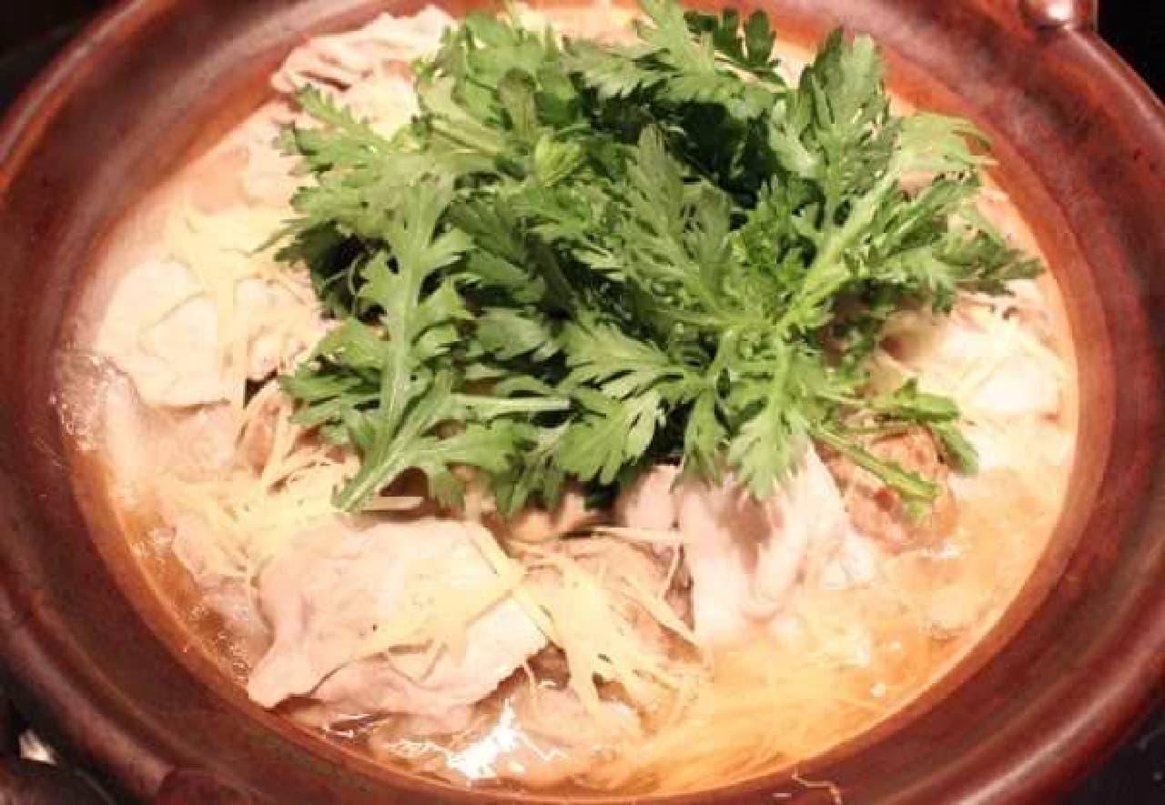 「生姜スープ鍋」 緑の葉はパクチーじゃなくて春菊