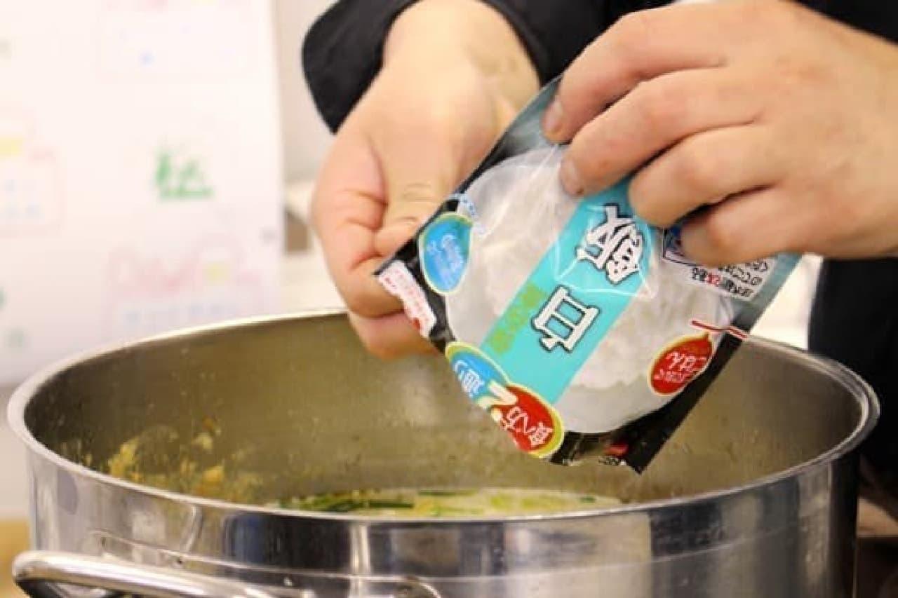 アルファ米は鍋に入れてしまいます