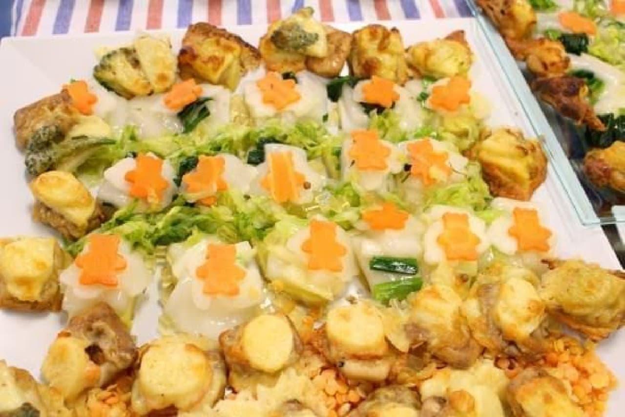 中央にあるクマ型ニンジンがのっている料理が、乾燥餅のミルフィーユ