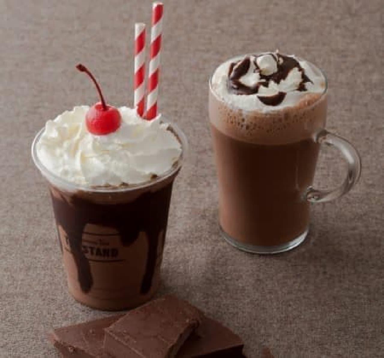 「フローズンホットチョコレート」(左)と「ホットチョコレート」(右)