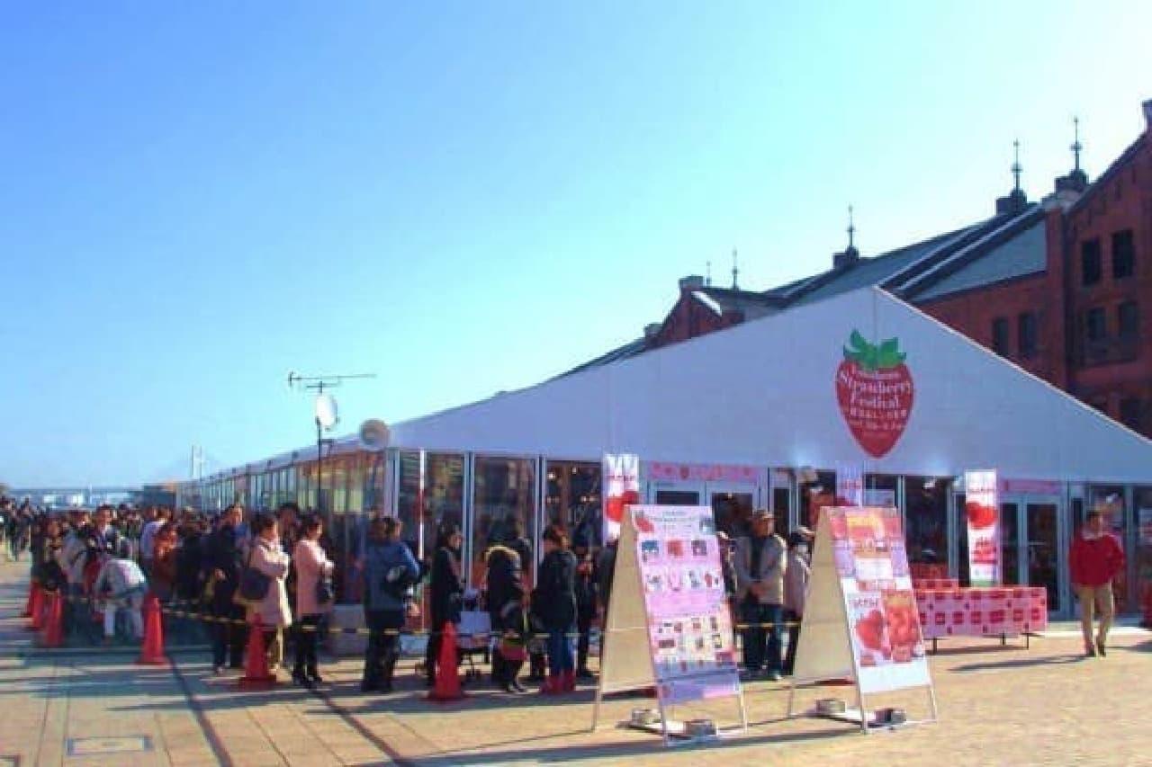 """横浜赤レンガ倉庫が""""イチゴに染まる""""3日間(画像は昨年のようす)"""