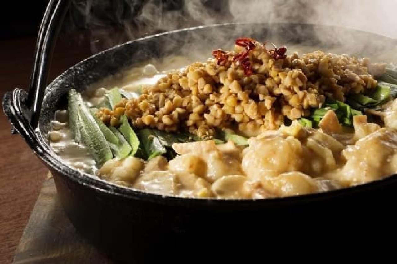 芝浦食肉の名物メニュー「もつ鍋」と、おかめ納豆がコラボ!