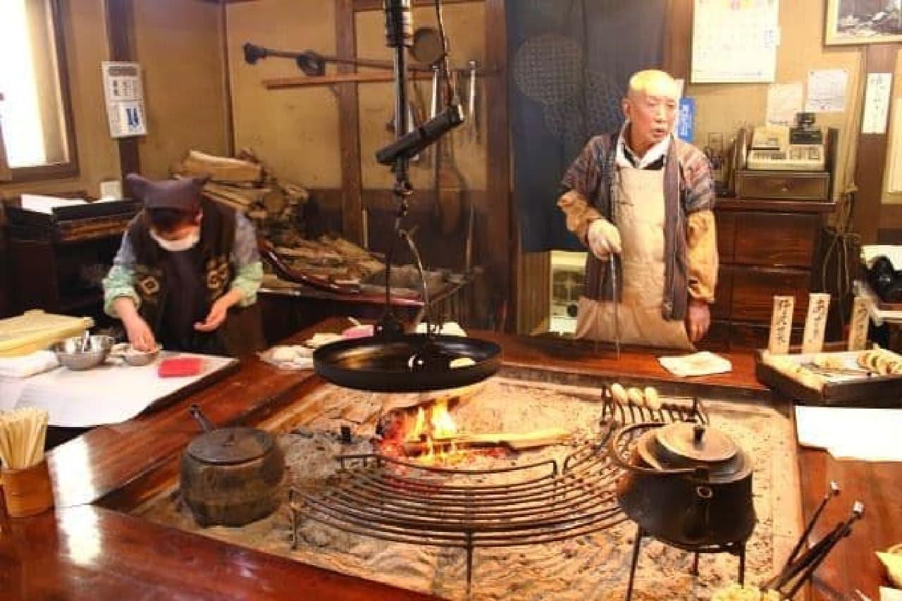 囲炉裏を囲んで食べるおやきは、外国人観光客にも大人気なんだって
