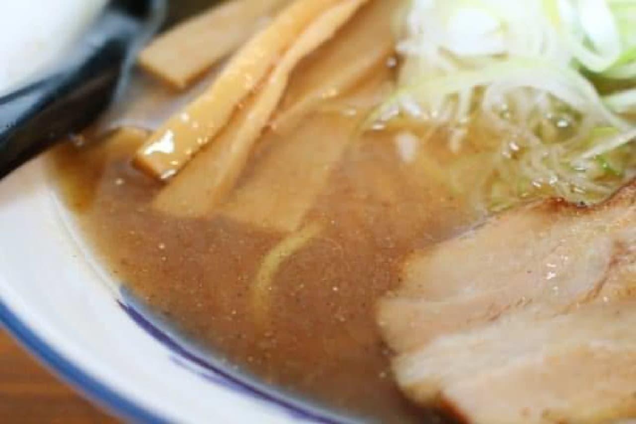 少しにごりはあるが、醤油っぽいスープ