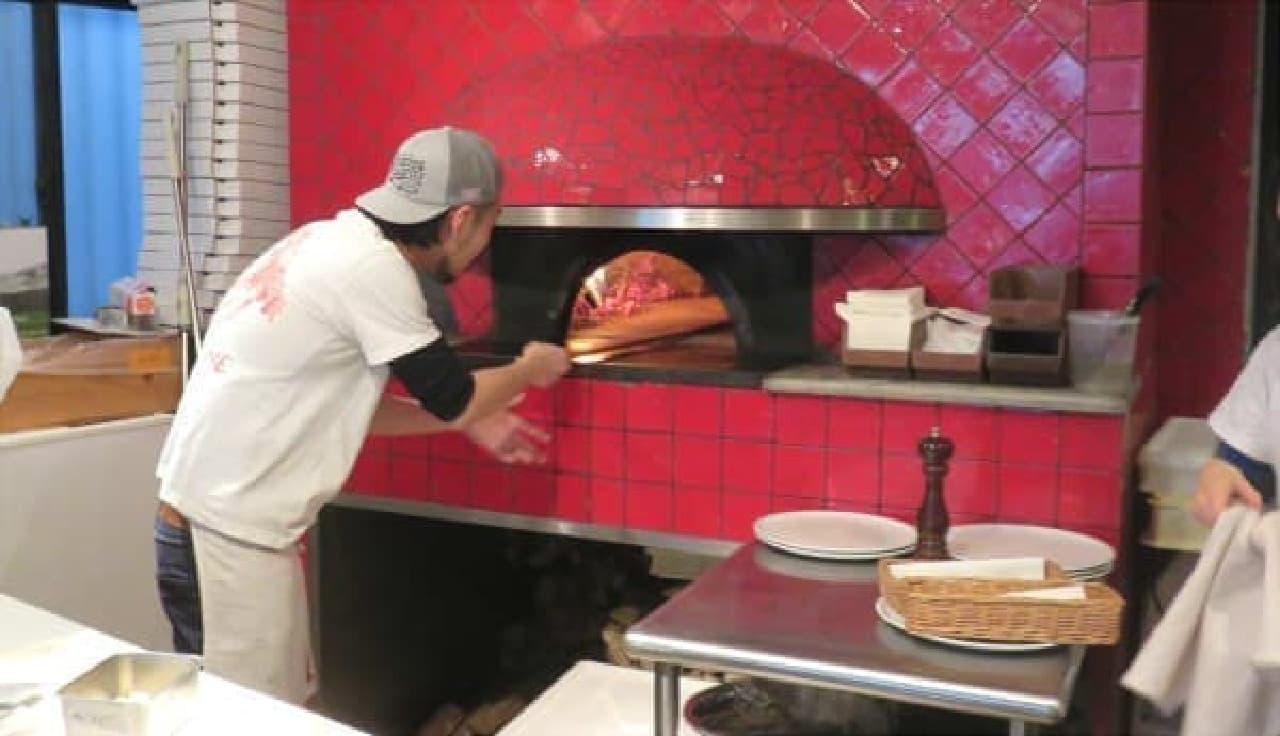 週末には200枚近くのピッツァを窯に送る石川さん