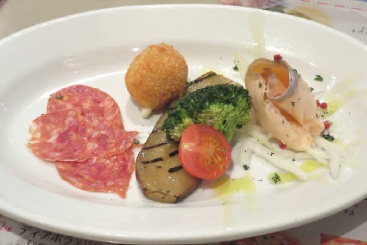 贅沢な気分を味わえる「アンティパストセット」の前菜盛り合わせ