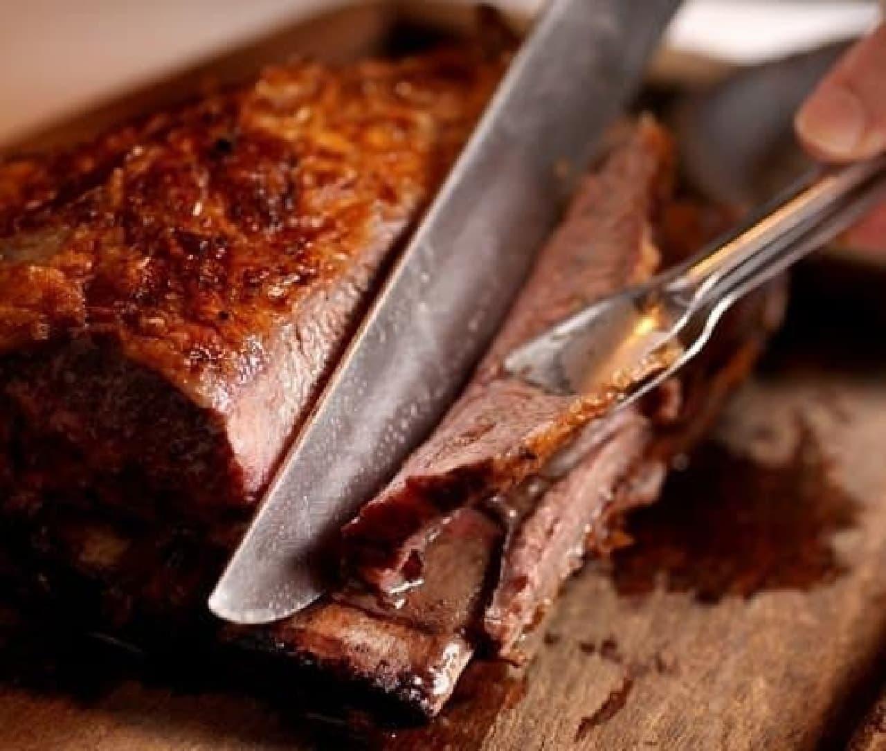 塊のまま岩塩だけで焼き上げたジューシーなお肉