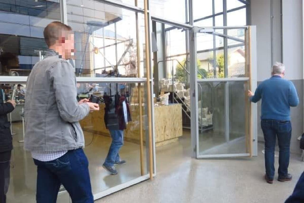 ついにオープンの瞬間!ジェームス・フリーマン氏みずから扉を開ける