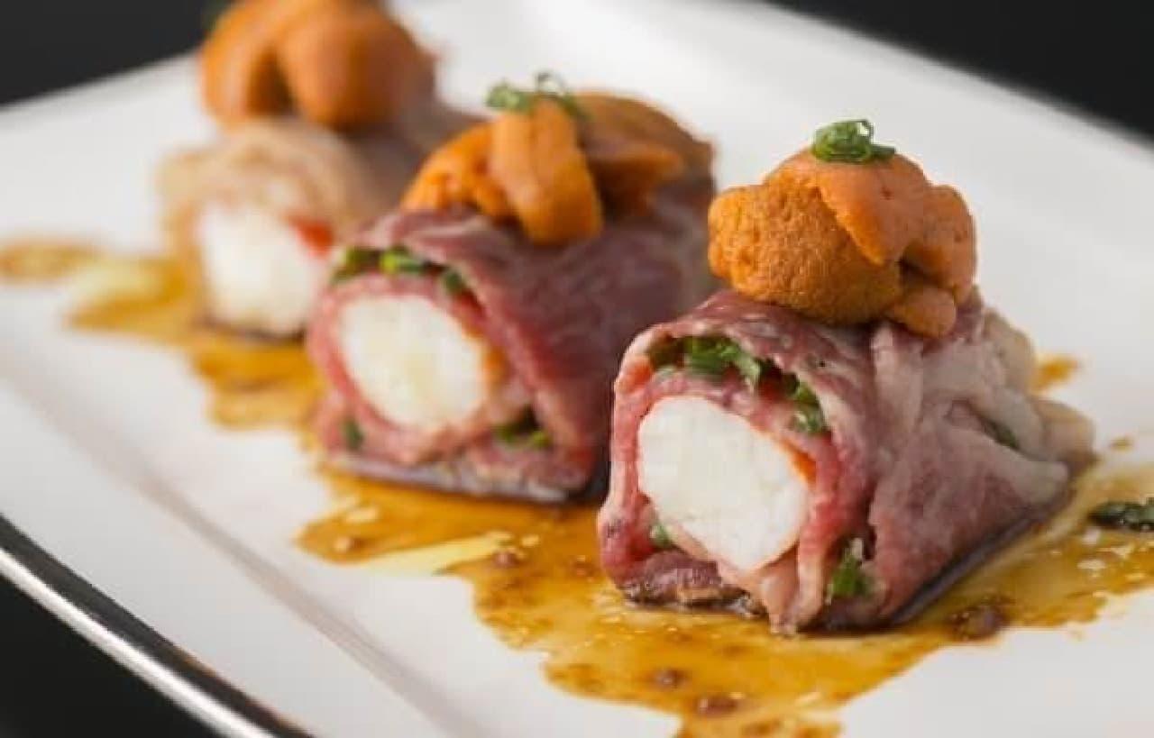 1度食べたら確実に心奪われる  「タラバ蟹の生ウニのせ 和牛『元就』の炙り巻き」