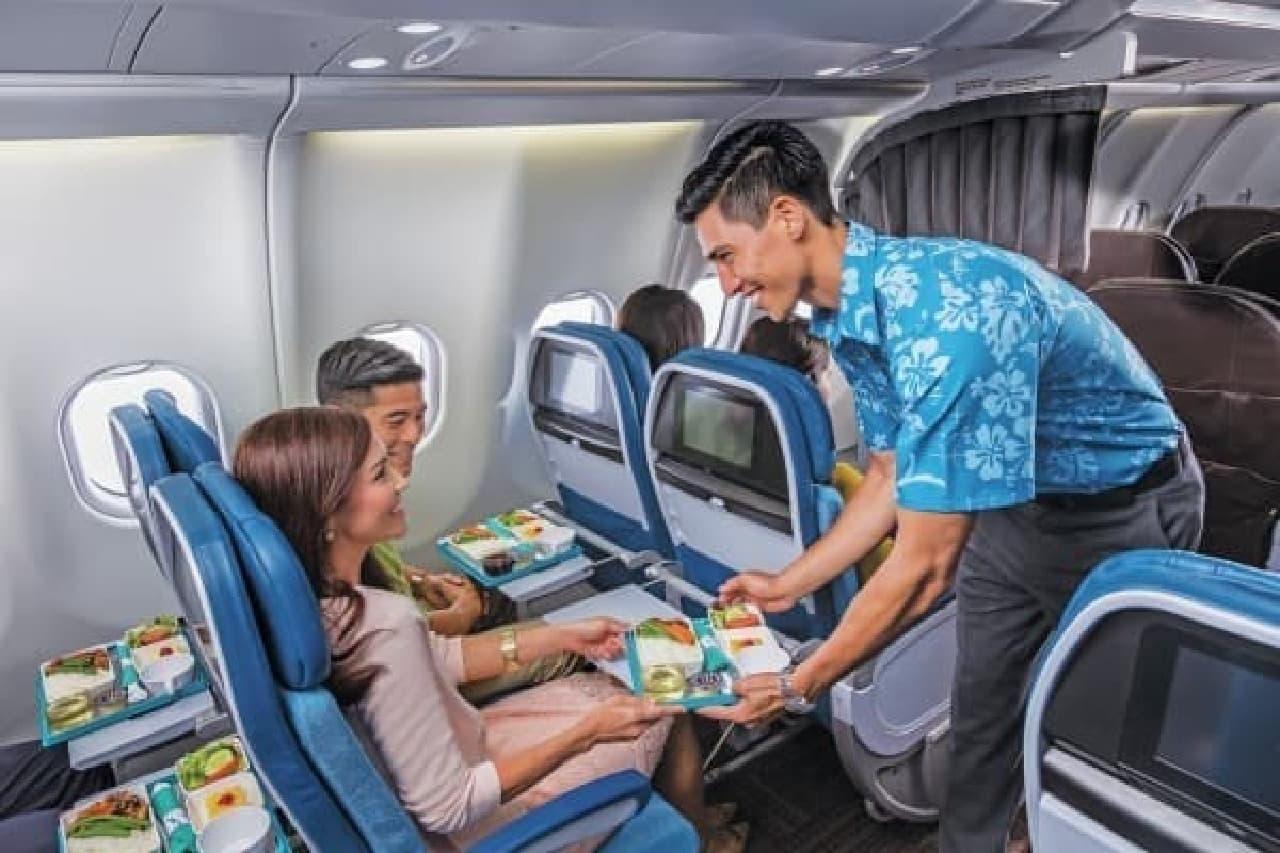 """ハワイアン航空の機内食が""""ころも替え""""!  (写真はプレミアムエコノミーの食事提供イメージ)"""
