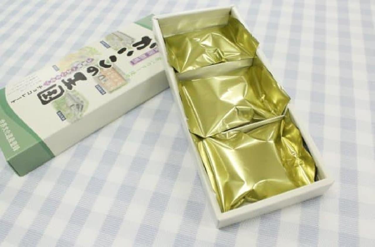 蚕がつむぐシルクの美しさをイメージさせる金の袋入り