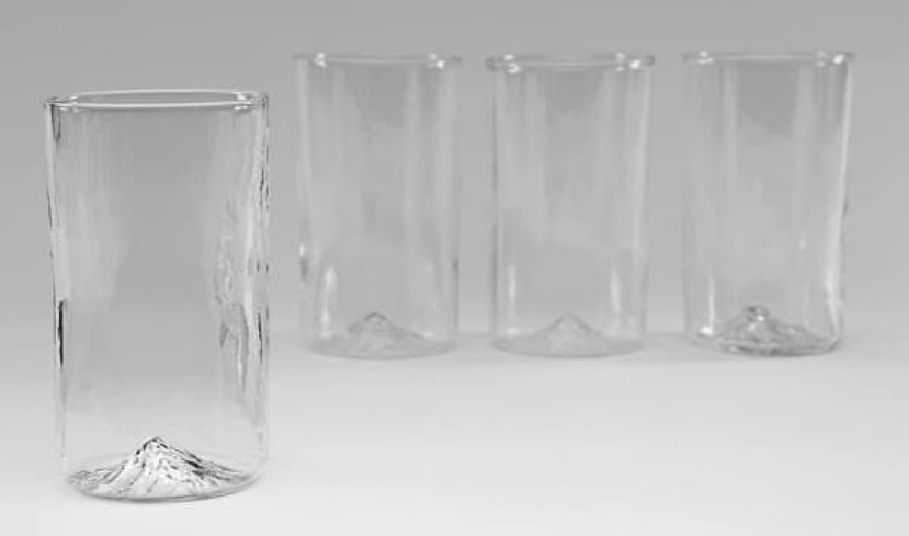 """今回は「氷」ではなく、グラスの底が""""山""""になってる"""