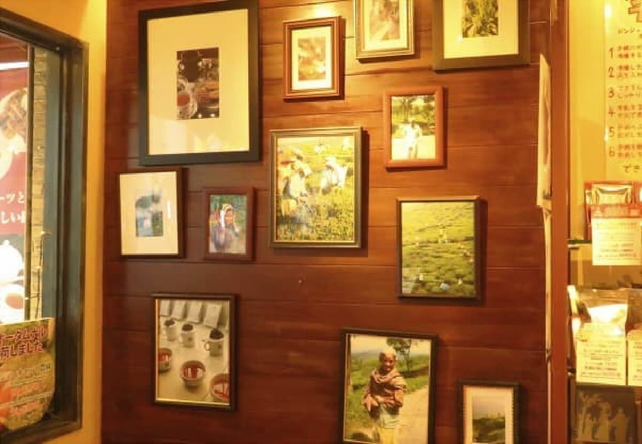 店内の壁に飾られた農園や農家の方の写真