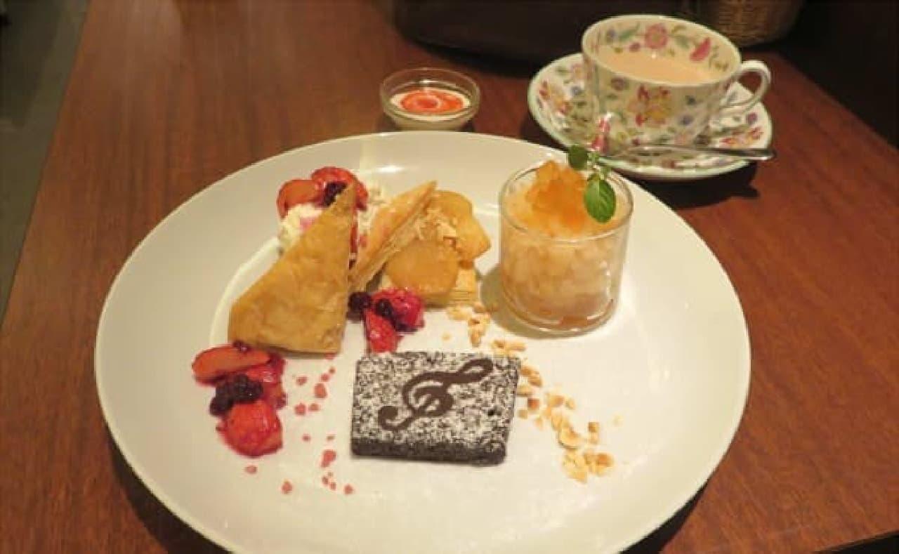 「紅茶づくしのデザートプレート」と「旬摘みいちごのロイヤルミルクティ」