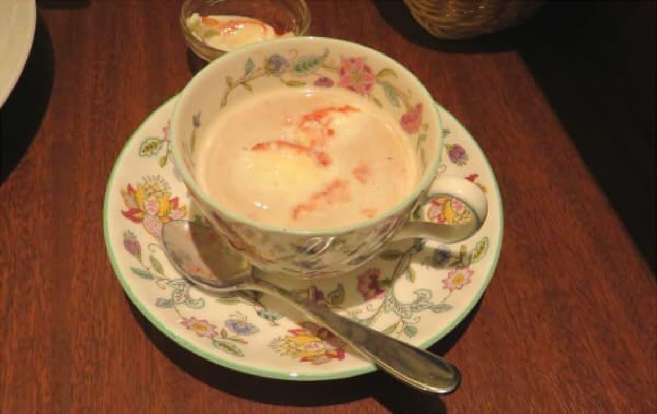 2杯目にいちごソースとクリームを投入