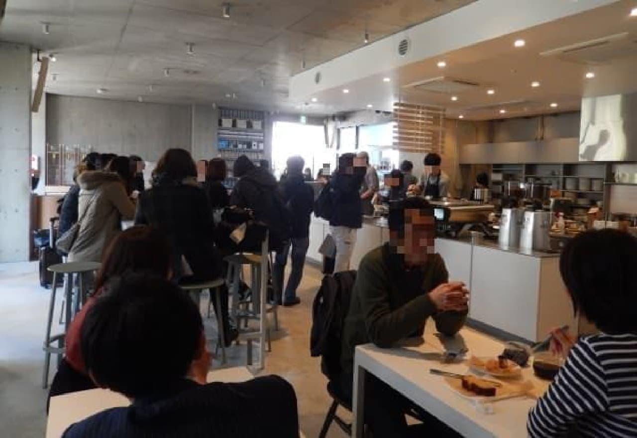 フロアが広い青山カフェは、客席数も多い