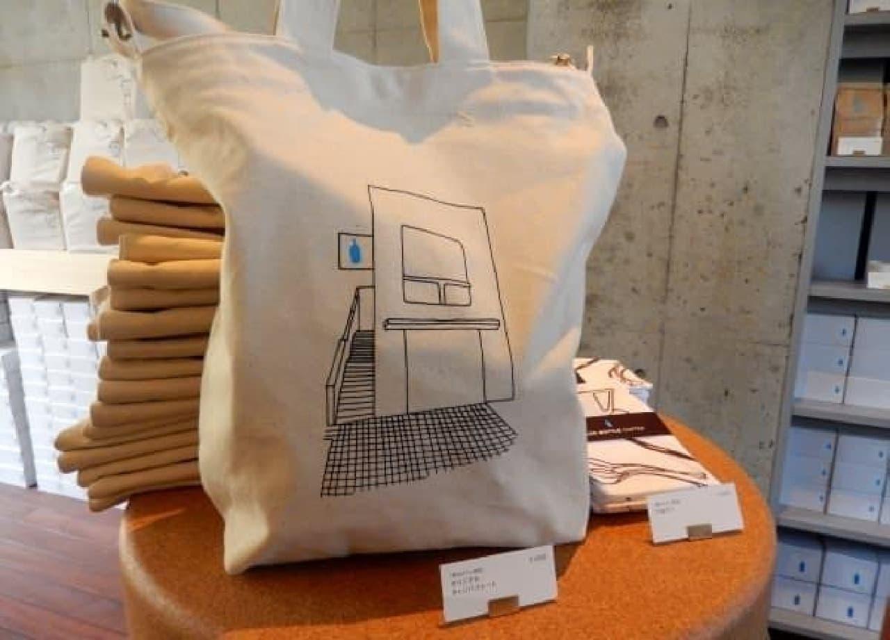 青山カフェの外観がデザインされた限定トートバッグ