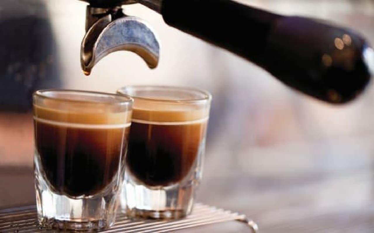 契約農園から直接仕入れるコーヒー豆を自社焙煎