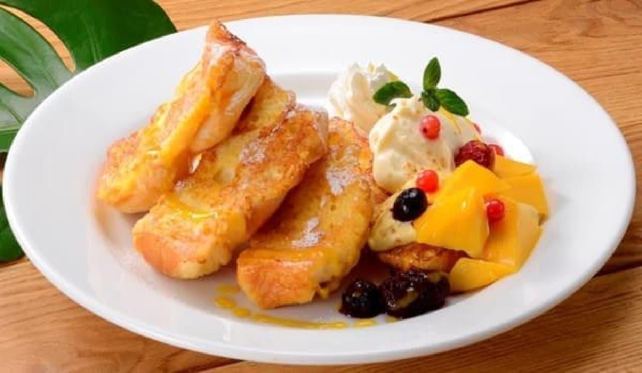 しっとり軽やかなフレンチトーストにフルーツ&クリームを添えて