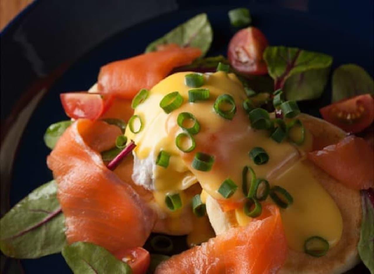 鮮やかな色合いの「スモークサーモンのエッグベネディクトパンケーキ」
