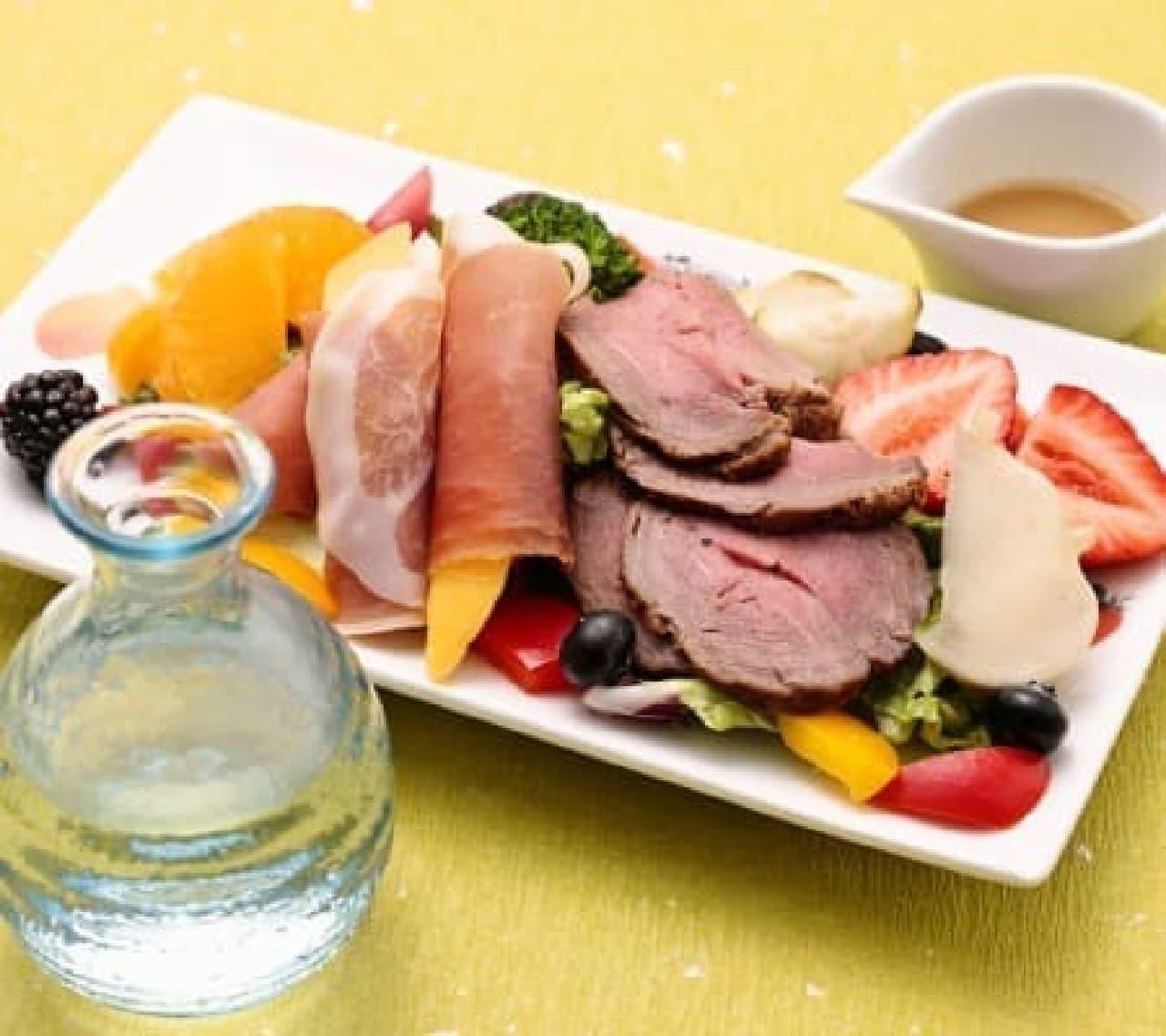 東京駅で、北陸の地酒をおいしい料理とともに…  (画像:果実園「生ハムとローストビーフ、フレッシュフルーツと共に」)