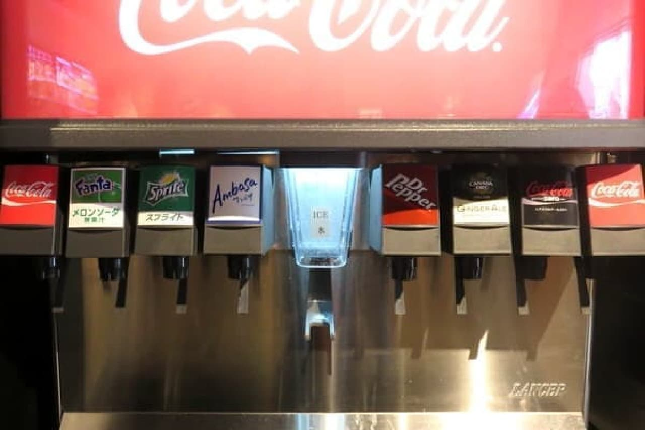 コカ・コーラはちゃんと2口あり、中央には Dr.Pepper も  この隣には、オレンジジュースと烏龍茶だけのサーバーがあります