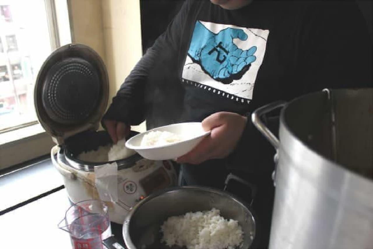 米はその場で炊かれている