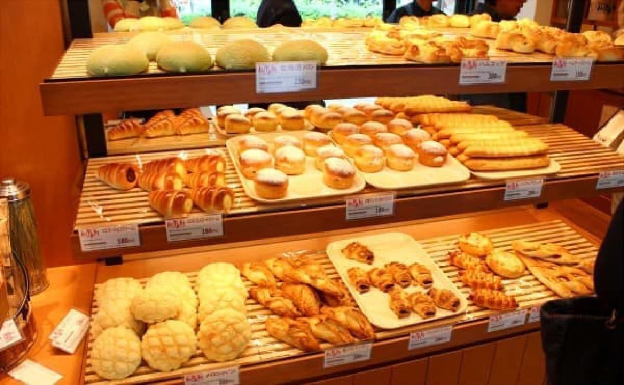 たくさんのパンが出迎えてくれる