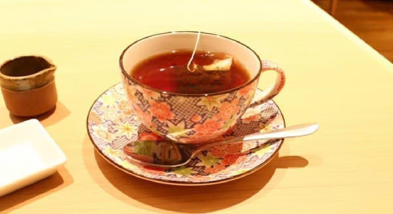 澄んだ紅茶の色が映える和柄のカップ入り