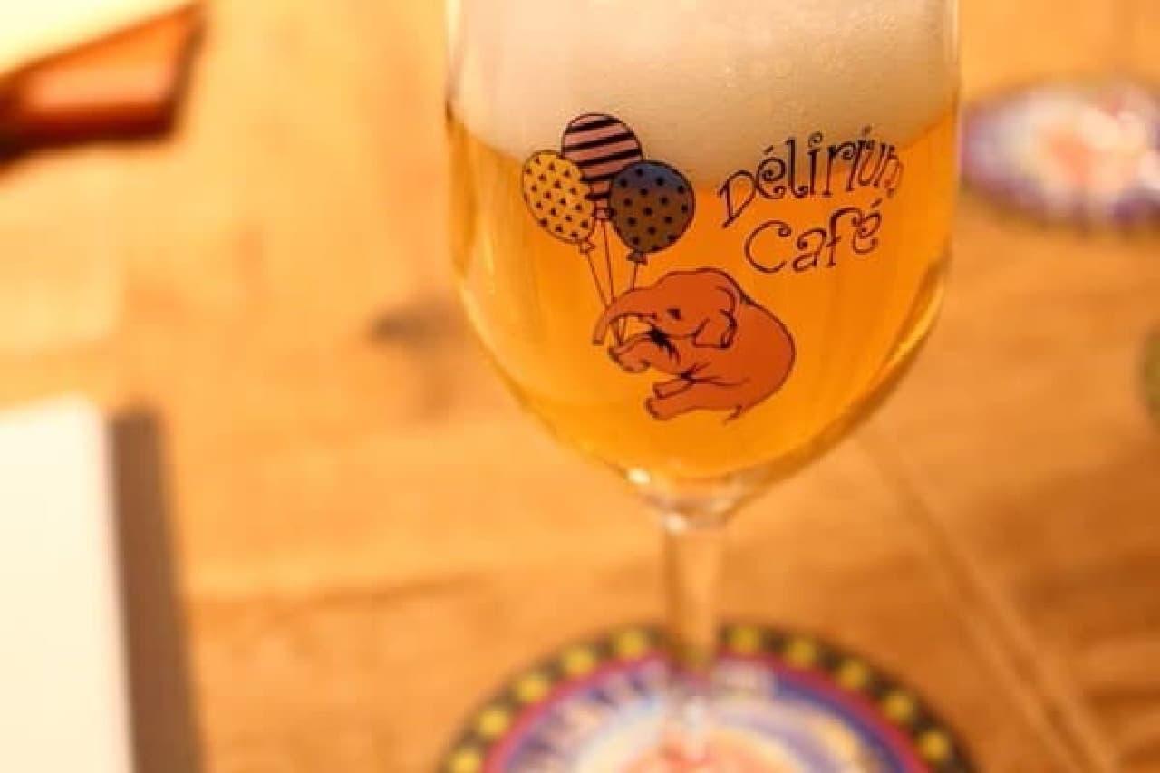 グラスにもピンクの象。  まだ1杯めだが、すでに幻覚症状に陥っているのかもしれない