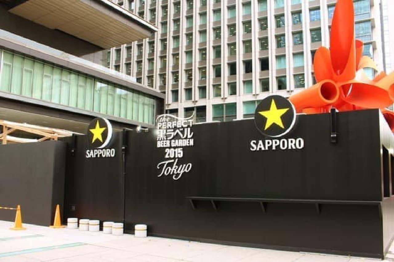 東京駅から歩いて来ると、黒い壁が見えます