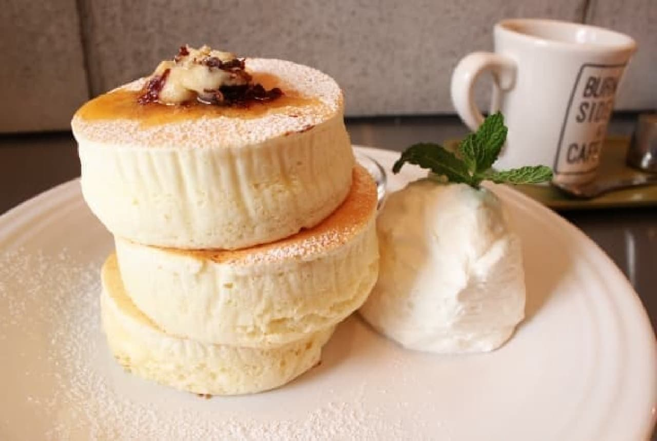 何度も試作を重ねて完成したというホワイトスフレパンケーキ