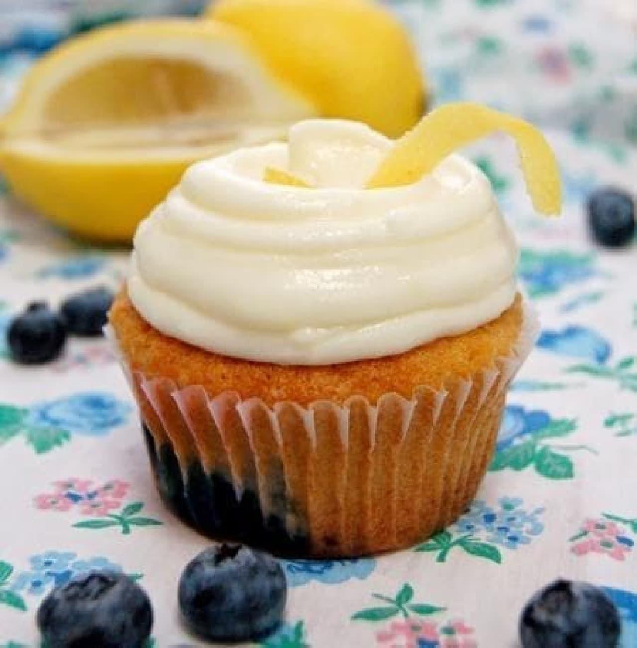 写真は先行発売される「ブルーベリーレモン カップケーキ」