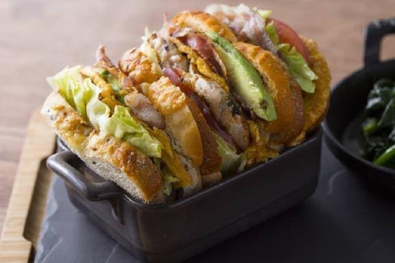 """""""こだわりホテルブレッド""""のサンドイッチで、ご褒美ランチはいかが?  (画像:メトロポリタンクラブサンドイッチ)"""