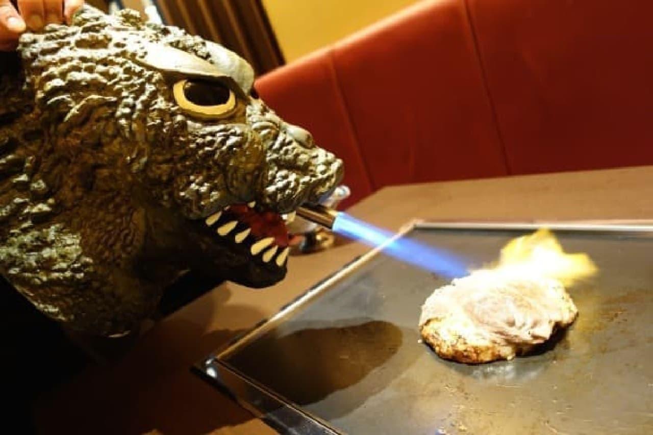"""""""火を噴くゴジラ""""が炙るお好み焼きも?"""