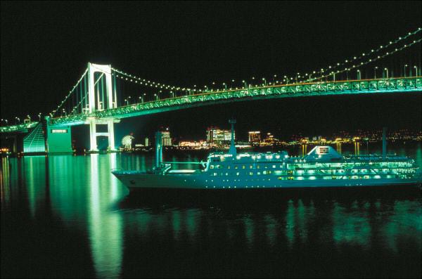 船からレインボーブリッジなどが眺められる
