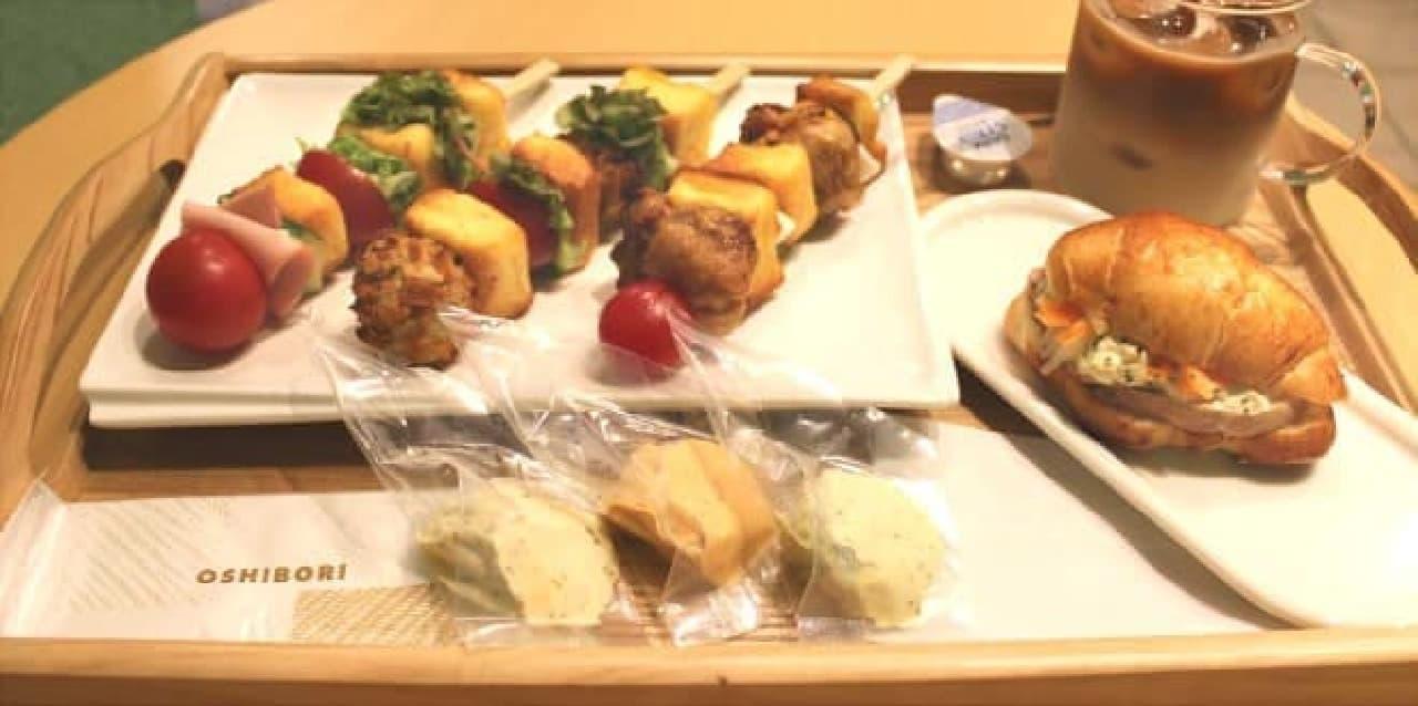 お皿に並んだ串サンドは焼き鳥みたい