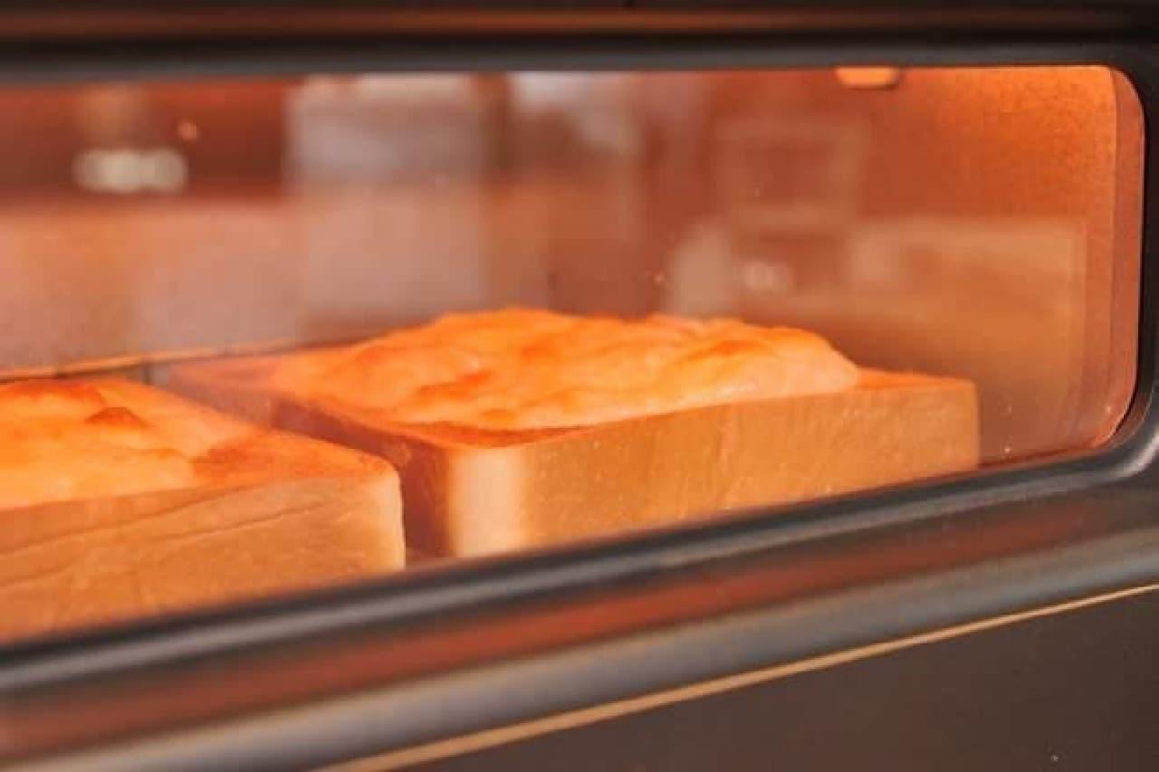 カットした食パンにチーズをふりかけてトースターへ