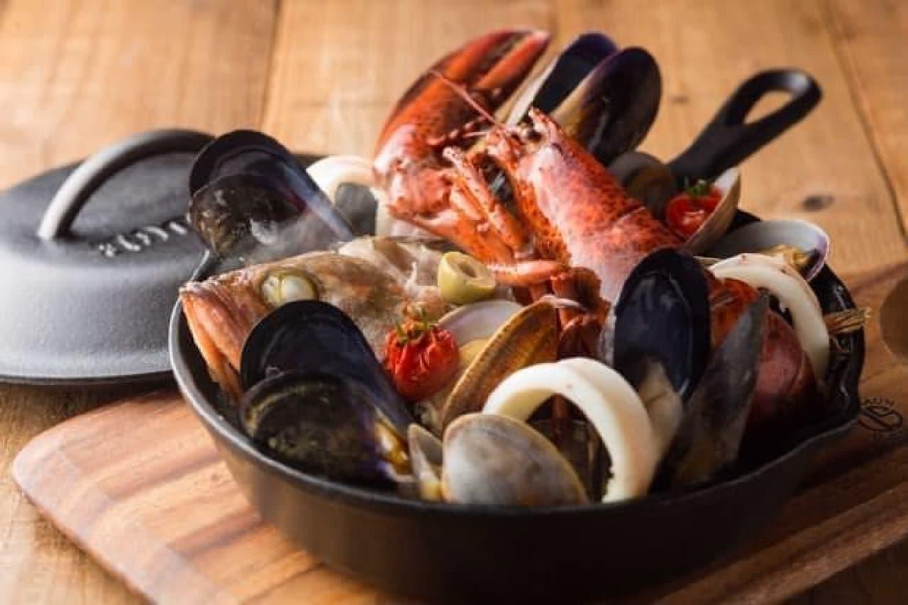 """""""高品質""""なワインや魚料理が気軽に楽しめる!  (写真は「5種の魚介のヴァプール」)"""