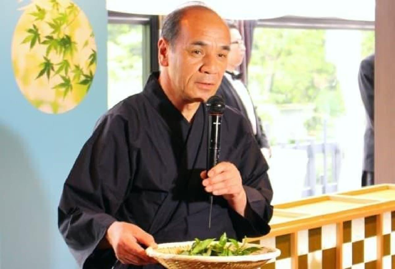 茶葉の説明をする福寿園 茶匠の谷口良三氏