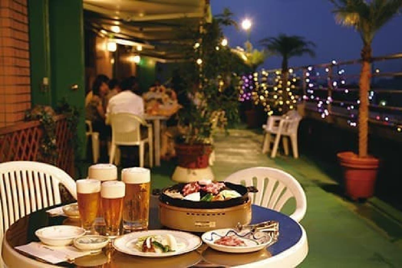 夏の夜風を感じながら、料理とお酒を堪能