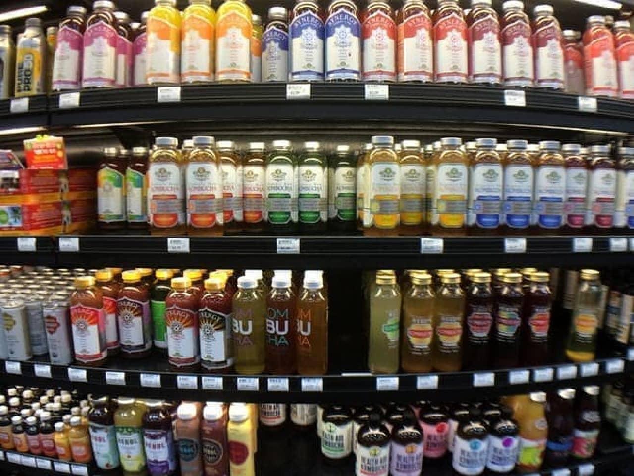 アメリカのとあるスーパーの店頭。これ、コンブチャたちだそうです