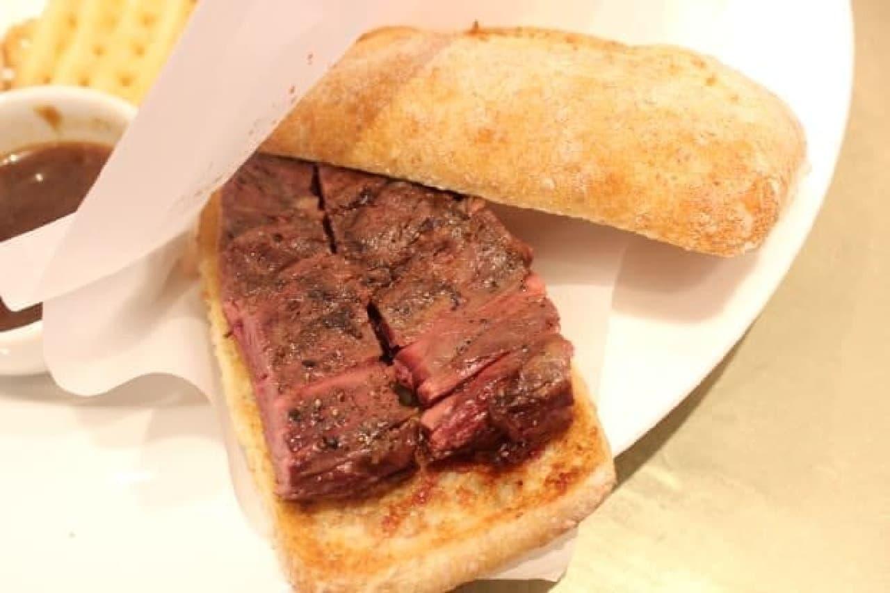 朝からステーキを食べるかどうかはさておき、  アルゼンチンの人たちは牛肉をよく食べるんですって